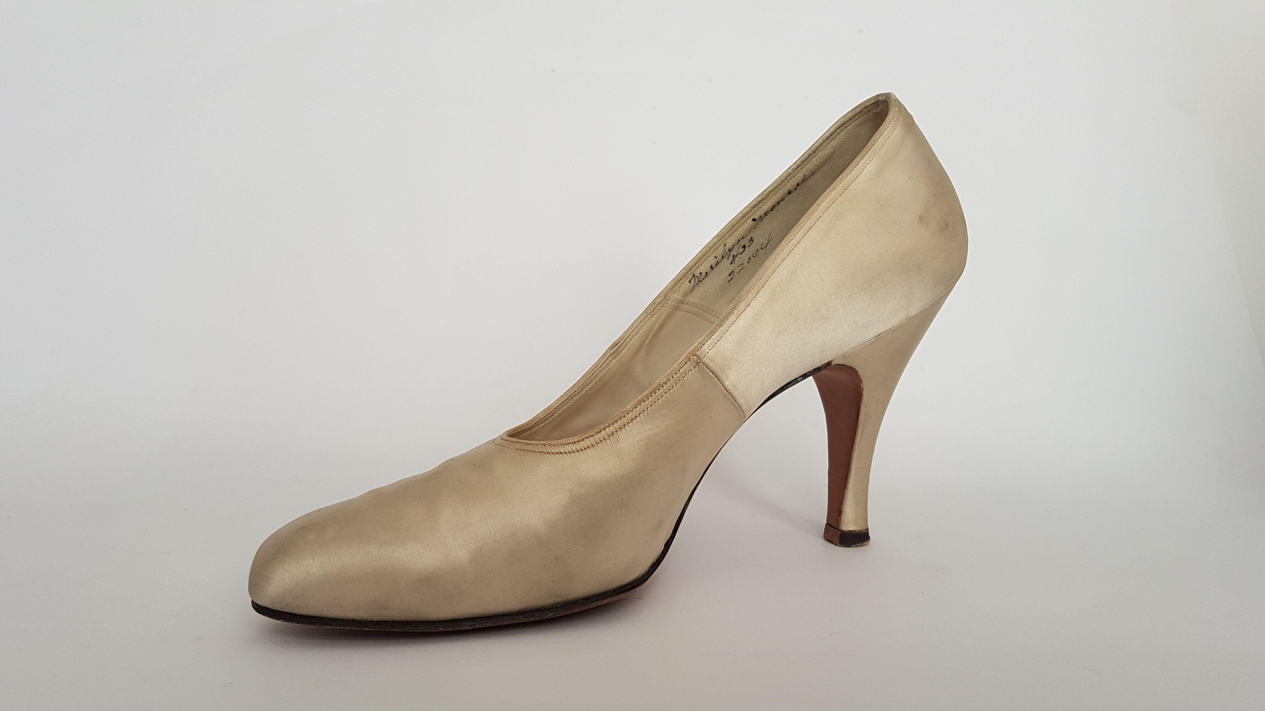 Diesen Schuh trug Marilyn Monroe im Januar 1955 bei einem Pressetermin als sie die Gründung ihrer Produktionsfirma Marilyn Monroe Productions, Inc. bekannt gab. (Foto: ©Ted Stampfer)